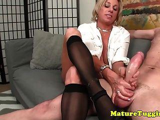 सेक्सी kneehighs में busty milf tugging मुर्गा