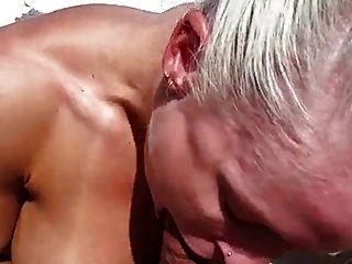 एक नाव पर बहुत गर्म मांसपेशी महिला गड़बड़