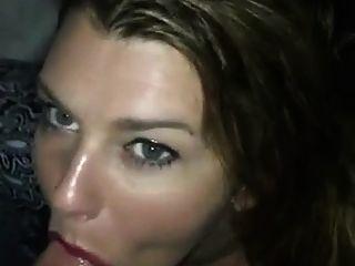 सेक्सी लड़की सिर दे रही है और मुंह में सह लेता है