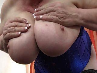 बड़े स्तन और बालों वाले पुराने योनी के साथ नानी