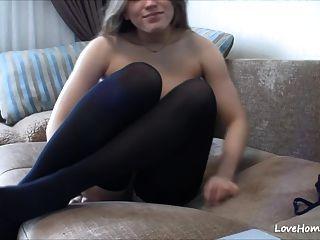 आकर्षक लड़कियां उसके प्रशंसकों के लिए masturbates