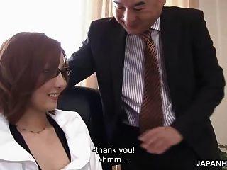 एशियाई बेब उसके मालिक द्वारा विनम्रता से गड़बड़ हो रही है