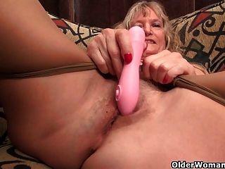 दादी क्लेयर एक dildo के साथ खुद को fucks