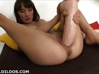 पतली बेब के साथ विशाल dildos