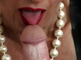 प्रमुख परिपक्व महिला handjob