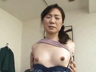 पतली एशियाई के साथ विशाल निपल्स