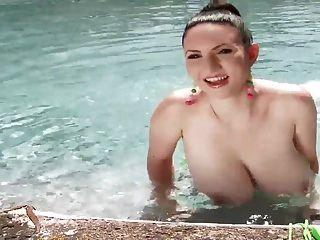 पति बेब एक धूप दिन पर उसके बड़े स्तन दिखा