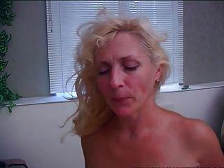 बूढ़ी और युवा माँ एक blowjob के साथ stepson जाग