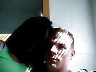 भारतीय महिला ने अपने सफेद प्रेमी देसी एनरी को चुंबन दिया