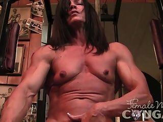 परिपक्व masturbates muscled और एक dildo fucks