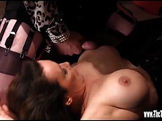 बड़े स्तन पर cums जबकि गर्म tgirl पैर wank और गधा बकवास है