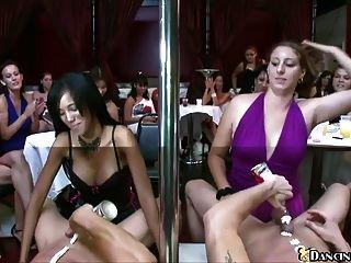 सेक्सी महिलाओं को पुरुष खाल उधेड़नेवाला चूसने के लिए प्रतीक्षा कर रहे