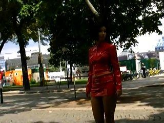 सुपर सेक्सी रूसी, लाल चमड़े और जाल शीर्ष