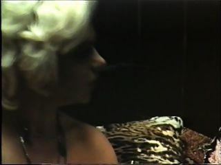 सुनहरे बालों वाली कौगर के गिगोल विंटेज के साथ यौन संबंध है