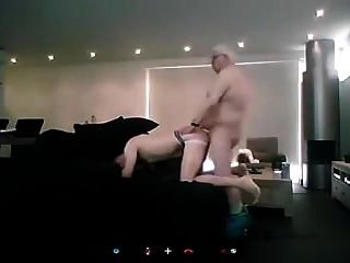 बूढ़े आदमी सोफे पर कमबख्त युवा लड़का