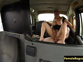 टैक्सी के पीछे महिला कैबा बैंग्स ग्राहक