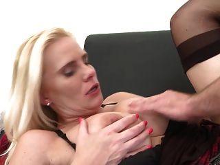 सेक्सी परिपक्व माँ युवा लड़के के साथ छेड़खानी