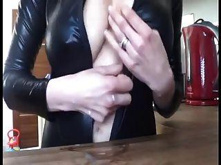 स्तनपान कराने वाली पत्नी चिढ़ा
