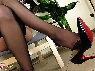 गर्म टिनी काले नायलॉन में उसके पैरों को दिखा रहा है