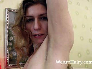 इलाझा एक कुर्सी पर बेडरूम और मॉडल में नग्न स्ट्रिप्स