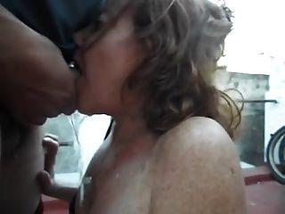 परिपक्व गृहिणी पेशाब deepthroat