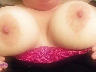 मुझे मेरे बड़े स्तन के साथ खेलते देखना