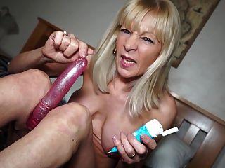 भूसी पुराने योनी के साथ लाल में सेक्सी दादी