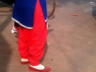 देवी अनी में सलवार गर्म में