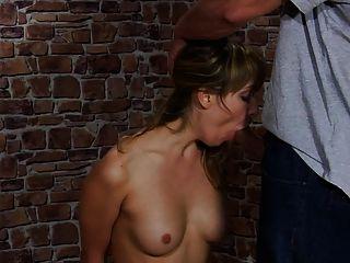 सुंदर लड़की को उसके प्रेमी ने दंडित किया