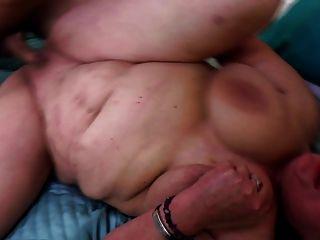 पुराने sluts युवा लड़कों के साथ छेड़खानी