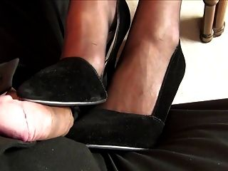 टेबल के नीचे footjob