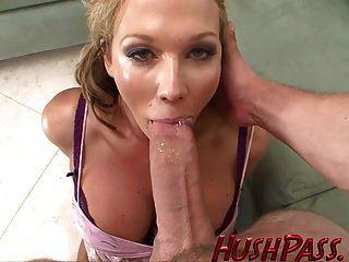 सेक्सी माँ सबसे बड़ी युवा सफेद मुर्गा पसंद करती है!