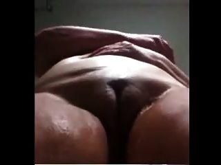 ब्राजीलियाई नानी शॉवर में masturbates