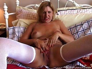 सेक्सी मोज़ा में प्यारा बूढ़े मसाला एक अच्छा wank है