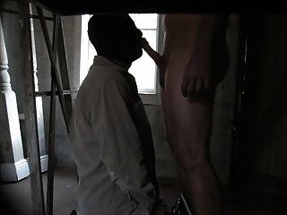 खाली घर में आदमी उड़ाने और वह मेरे गले cums नीचे