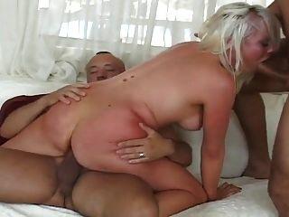 सेक्सी गोरा दोनों छेद मुश्किल fucked हो जाता है