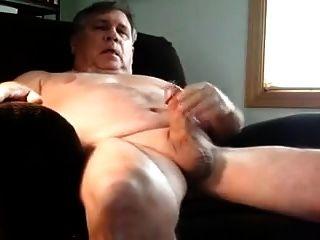एक बड़े आदमी ने कुर्सी में हस्तमैथुन किया