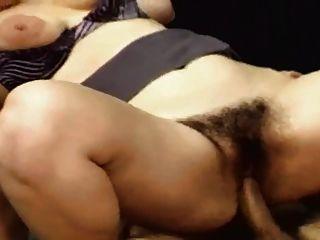 बालों और मोटा लड़की कार्यालय में fucked
