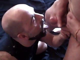 इस आदमी को उसके चेहरे और दाढ़ी सह में कवर करने के लिए प्यार करता है
