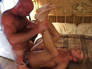समलैंगिक भालू अपने प्रेमी के साथ अपने डिक चूसने और अपने गधे हो रही है