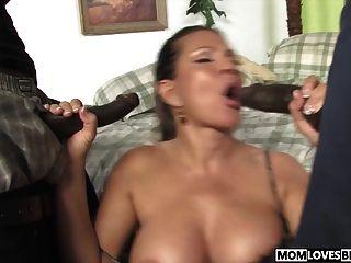 तेरी वीगल अपने बेटे के सामने दो काले लंड लेती है