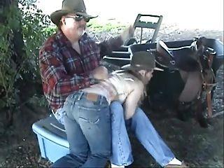 खेत 2 पर spanked