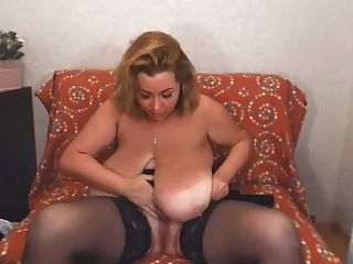 उसे भारी स्तन के साथ बिल्ली rubs