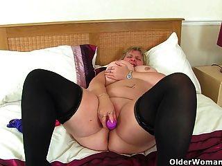 ब्रिटेन milf melons marie उसके बड़े स्तन juggles और एक dildo fucks