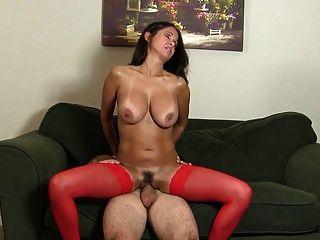 सींगदार पत्नी सोफे पर सफेद आदमी fucks