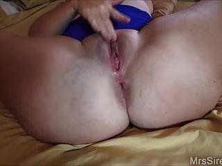 गोल-मटोल पत्नी खिलौने के साथ उसे गधा fucks