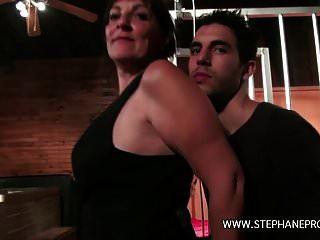 une कौगर femme de menage baise par un rebeu dans un club