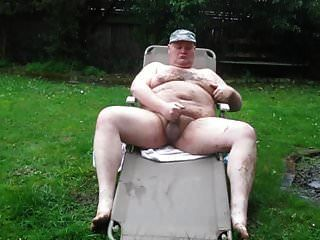 बारिश और कीचड़ में मोटा आदमी