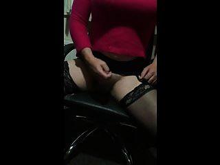 बड़े स्तन crossdresser wanks और cums
