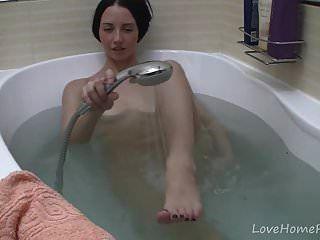 प्यारा किशोर स्नान करते समय खुद के साथ खेलता है